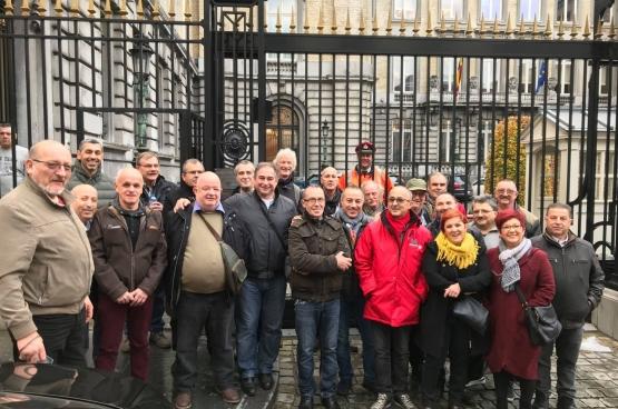 Een groep bruggepensioneerden uit heel het land bezoekt samen met PVDA-volksvertegenwoordigers het federale parlement. Ze willen de stemming bijwonen over €100 per maand inleveren op hun pensioen. (Foto Solidair, Benjamin Pestieau)