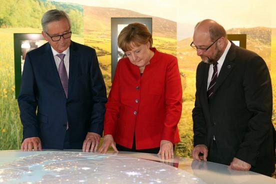 Europese Commissie-voorzitter Juncker, Duits kanselier Merkel en (toen nog) Europarlementsvoorzitter Martin Schulz in 2016. De twee laatsten zijn afgestraft bij de verkiezingen en stellen hun Grosse Koalition nu als super sociaal voor. (Foto Adam Berry/EU/AFP-Service)