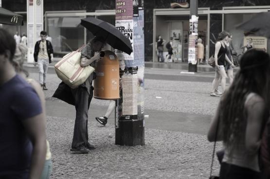 Statiegeldflessen mag je in elke willekeurige supermarkt inleveren en dat heeft geleid tot de geboorte van deze nieuwe beroepsgroep van veelal gepensioneerde mensen: de statiegeldverzamelaars. Met duizenden zijn ze. (Foto Sascha Kohlmann / Flickr)