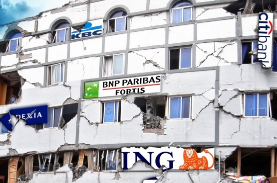 In het najaar van 2008 ging de Amerikaanse bank Lehman Brothers failliet. Het was het begin van een wereldwijde financiële crisis. In België legde de regering meer dan 20 miljard op tafel om het faillissement van Fortis, Dexia en KBC te verhinderen. (Fotomontage Solidair)