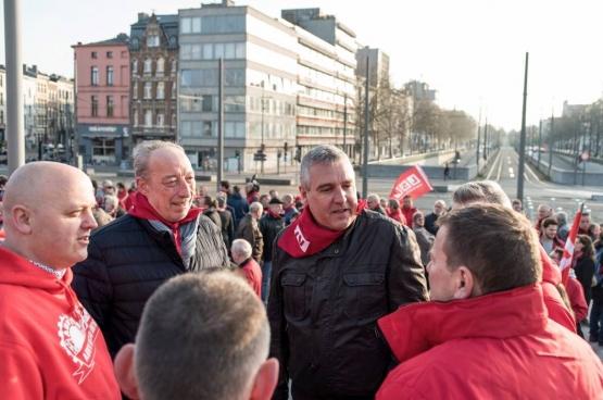 Honderden mensen kwamen ABVV-syndicalisten Bruno Verlaeckt en Tom Devoght in de rechtszaal steunen vrijdagmorgen 13 april. (Foto Solidair, Karina Brys)