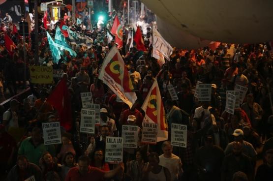 Demonstranten willen Temer buiten. Ze protesteren de tegen de hervormingen van de arbeidsmarkt en de sociale zekerheid in São Paulo. (Foto Paulo Pinto / Flickr)