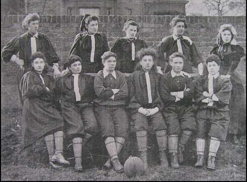 De eerste vrouwenvoetbalclub, de British Ladies' Football Club in 1895