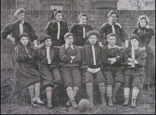 De eerste vrouwenvoetbalclub, de British Ladies' Football Club in 1895