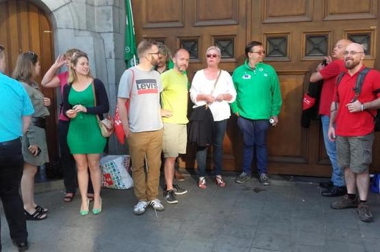 Een delegatie van de PVDA, met woordvoerder Tom De Meester, aan het piket van de gevangenis aan de Nieuwe Wandeling in Gent. (Foto Solidair, Pol Ronse)