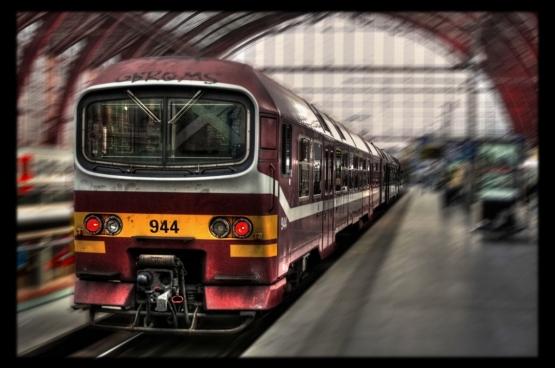 Nergens wordt de vraag gesteld of de mensen wel een alternatief hebben. Hoe meer de regering bespaart op bus, tram en trein, hoe meer je verplicht bent om de auto te nemen om op je werk te geraken. Foto: Daniel Mennerich/Flickr