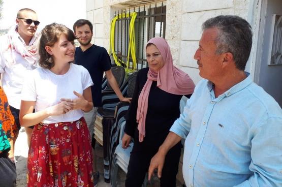 Een groep jongeren trok met RedFox en Comax, de jongerenbewegingen van de PVDA, naar Palestina en ontmoette daar de vader van Ahed Tamimi, kort voor ze vrijgelaten werd uit de Israëlische gevangenis. (Foto Solidair, Iman Ben Madhkour)