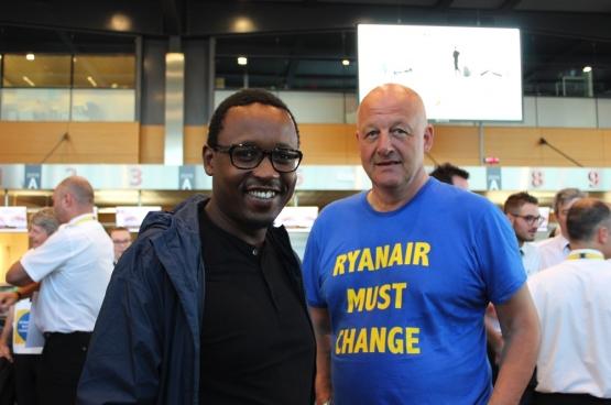 Yves Lambot, samen met Franstalige PVDA-woordvoerder Germain Mugemangango in de luchthaven van Charleroi. Foto Maité Teixiera Do Pinho