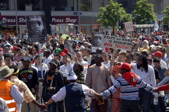 """""""Samen met vrienden hebben we in 2005, een jaar na mijn aankomst in België UDEP (Unie voor Mensen zonder papieren, n.v.d.r.) opgericht. Het doel was mensen zonder papieren te sensibiliseren en te organiseren."""" Foto: betoging georganiseerd door UDEP in juni 2016. (Foto Solidair, Antonio Gomez Garcia)"""
