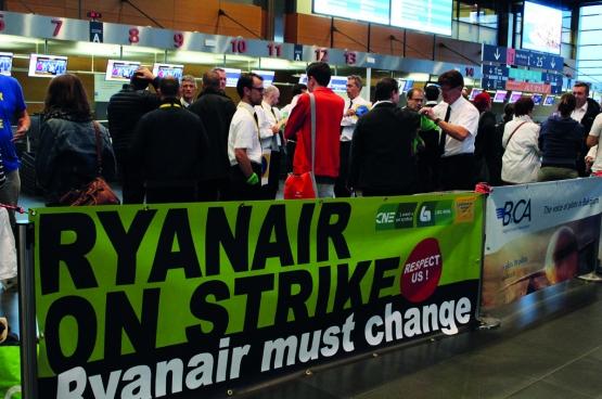 Op 10 augustus werd er gestaakt bij Ryanair in België, Nederland, Italië, Zweden en Duitsland. Hier een solidariteitsbezoek van Comac, de studentenbeweging van de PVDA, op de luchthaven van Charleroi. (Foto Solidair, Maité Teixeira Do Pinho)