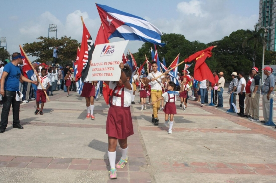 """""""Weg met de imperialistische blokkade tegen Cuba"""", luidt het in een 1 meioptocht in Cuba. Het land verloor al 134,5 miljard dollar door het Amerikaanse embargo. (Foto Clara Sanchiz / Flickr)"""