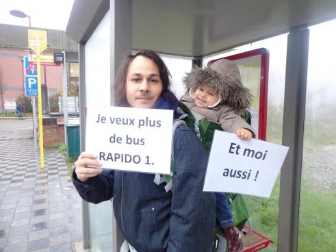 De lokale PVDA-afdeling en reizigersorganisatie ACTP haalden 3.400 handtekeningen op voor meer bussen. (Foto Solidair)