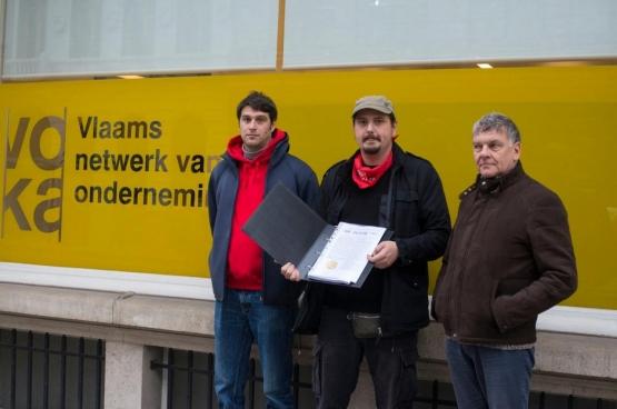 Een delegatie van BASF ging de petitie afgeven aan BASF-CEO Wouter De Geest, tegenwoordig ook topman bij Voka. (Foto Solidair, Chloé Liradelfo)