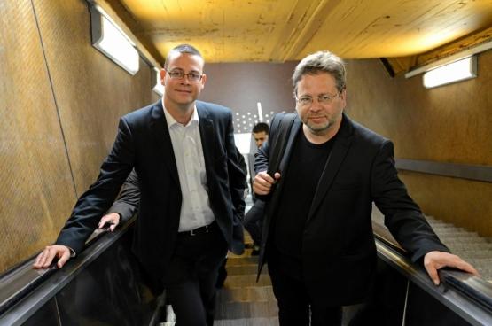 """PVDA-volksvertegenwoordigers Raoul Hedebouw (links) en Marco Van Hees (rechts) leven met een gemiddeld loon. """"Want wie niet leeft zoals hij denkt, zal snel denken zoals hij leeft: in luxe."""" (Foto Solidair, Vinciane Convens)"""