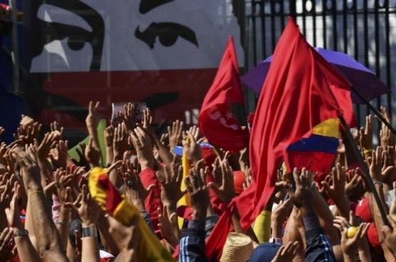 Werknemers van het  Venezolaanse nationale petroleumbedrijf PDVSA betogen tegen de VS-sancties tegen bezittingen van de PDVSA in de VS. (Foto Yuri Cortez, AFP)
