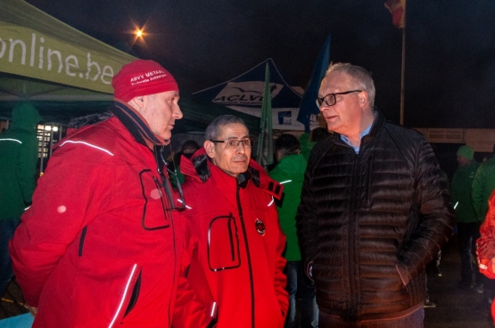 PVDA-voorzitter Peter Mertens aan het stakingspiket bij Van Hool op 13 februari. (Foto Solidair, Stefaan Van Parys)