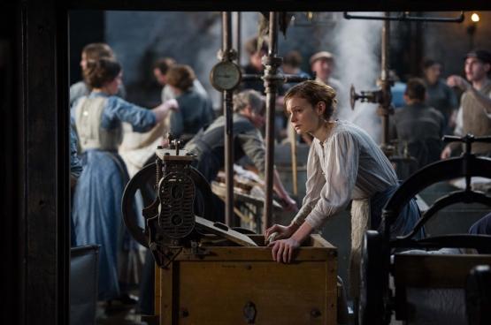 De vrouwen uit de volksklassen leveren al lang hard werk op de velden of in de fabrieken. Dat is waarom ze naast algemeen stemrecht bovenal betere arbeidsvoorwaarden en hetzelfde loon als hun mannelijke collega's eisen. (Foto uit de film Les Suffragettes)