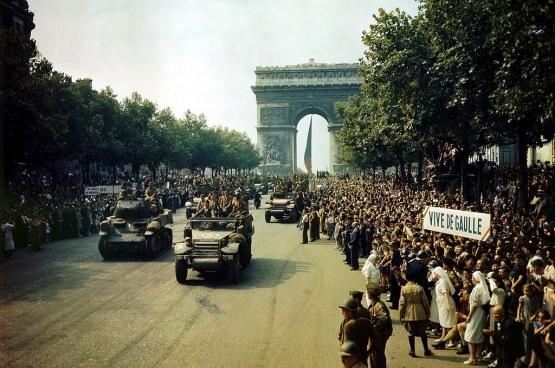 Optocht op de Champs Elysées, 26 augustus 1944, de dag na de bevrijding van Parijs. (Foto Wikipedia)