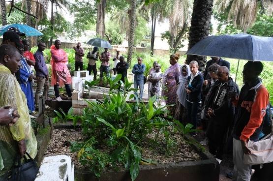 De begraafplaats van Conakry, 31 juli 2019, herdenking 20 jaar na de verdwijning van Yaguine et Fodé, met de families en een delegatie van Vriendschap zonder Grenzen. (Foto Solidair, Fabienne Pennewaert)