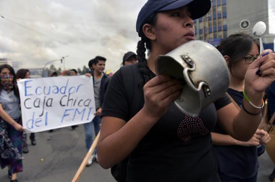 Duizenden arbeiders, studenten en indianen gaan de straat op om te protesteren tegen het IMF (foto Belga/AFP)
