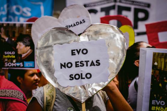 Overal in Latijns-Amerika protesteert het volk en verklaart het zijn steun aan de socialistische regeringen die door een staatsgreep verdreven zijn. Hier in Buenos Aires (Argentinië). (Foto Shutterstock)