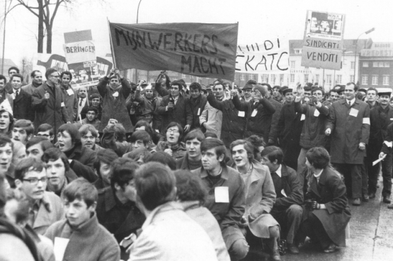16 januari 1970 : 3000 mijnwerkers betogen in Hasselt. Hier een groep van mijnwerkersmacht met mijnwerkers van verschillende mijnen,  gesteund door solidaire scholieren uit de normaalschool van Bokrijk. (Foto-archief PVDA, Een sociale geschiedenis)