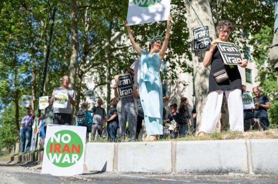 In juni 2019 al protesteerden een dertigtal vredesactivisten aan de Amerikaanse ambassade in Brussel al tegen de militaire provocaties van de VS in Iran. (Foto Solidair, Jamal Al-Mansori)