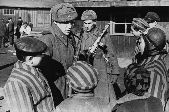 Russische soldaten in Auschwitz (fotograaf onbekend)