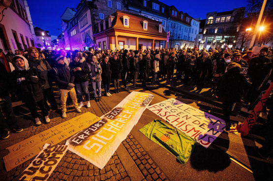 Toen het akkoord tussen liberalen, christendemocraten en extreemrechts bekend werd, kwamen onmiddellijk duizenden mensen protesteren voor het parlement van de Duitse deelstaat Thüringen. (Foto Imago)