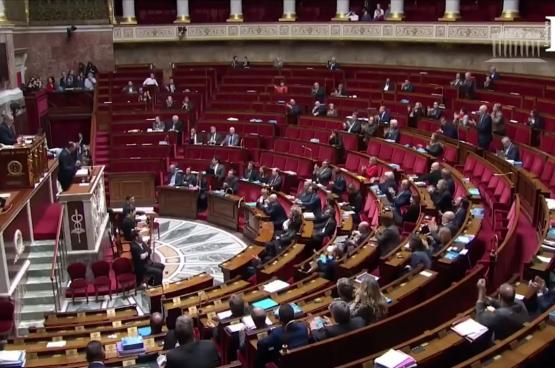 Premier Edouard Philippe kondigt aan dat zijn regering de pensioenhervorming gaat doorduwen zonder stemming in het Franse parlement. (Foto LCP)