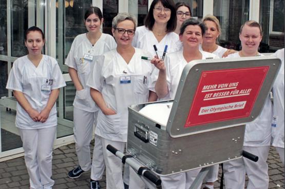 """""""Meer van ons, is beter voor iedereen"""", zeggen deze Duitse verpleegkundigen. (Foto Ver.di)"""