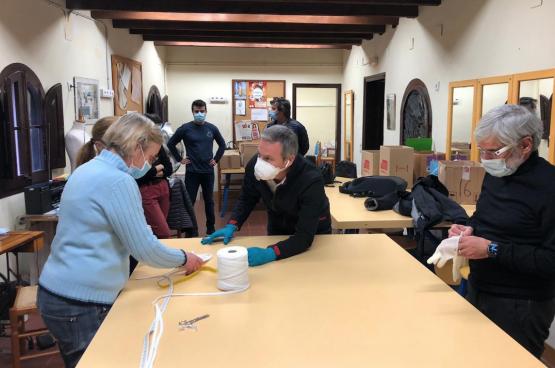 Arbeiders van een Seat-fabriek en naaisters werken samen aan mondmasers voor zorgkundigen. (Foto Rafa Guerrero Lamas)