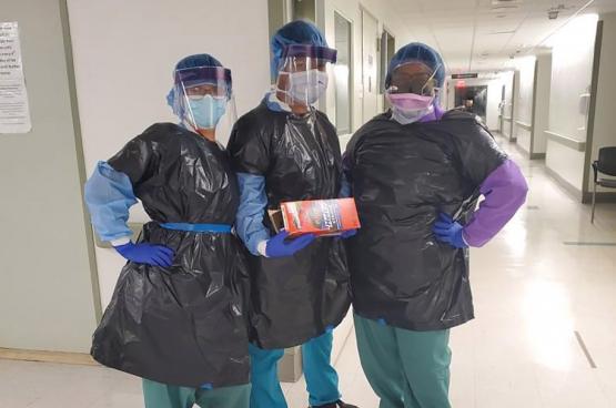 In het rijkste land ter wereld raken artsen en verpleegkundigen besmet omdat ze geen maskers krijgen en vuilzakken moeten gebruiken als beschermende kledij.