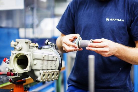 Van vliegtuigmotoren... tot onderdelen voor beademingsapparatuur: een heuse omscholing voor de werknemers van Safran Aero Booster in Herstal (Foto: Béa Uhart / CAPA Pictures / Safran)