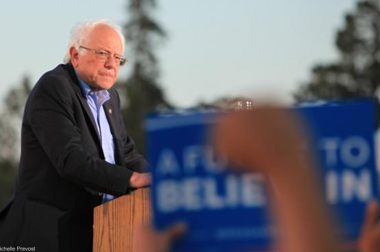 """Bernie Sanders wil een globale aanpak tegen het Covid-19-virus. Daarom vraagt hij een inkomensgarantie voor alle loontrekkenden. Hij stel een coronawet voor om een """"sociale en economische ramp te vermijden."""