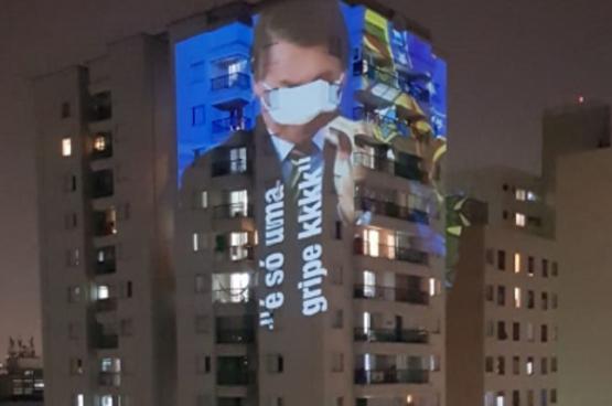 Bolsonaro sluit de ogen en bagatelliseert de ernst van de pandemie.