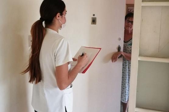 """We hebben één doel: niet wachten tot de mensen  naar de gezondheidszorg komen, maar bewust op zoek gaan naar besmette personen en deze tijdig opsporen. Onze boodschap is 'blijf thuis, maar open ook je deur'."""", zegt stagiaire Laura Perez Joglar."""