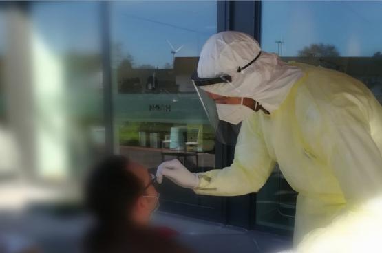 Geneeskunde voor het Volk testte in Zelzate alle personeel en bewoners van een rusthuis. (Foto Geneeskunde voor het Volk)