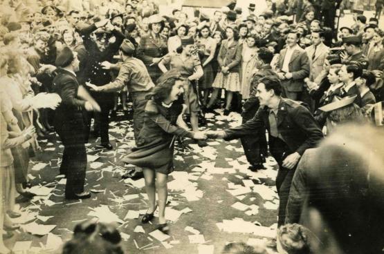 Overwinningsfeest in Groot-Brittannië in mei 1945. (Foto RV)