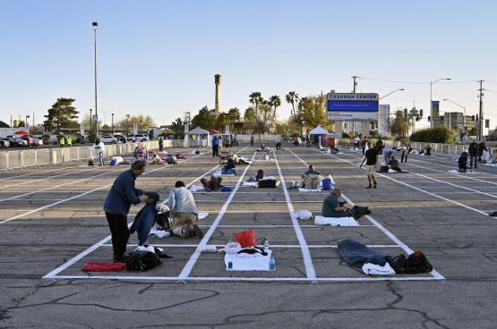 Las Vegas: een parking wordt daklozenopvang, terwijl 150.000 hotelkamers leeg staan. (foto David Becker, Zuma Press)