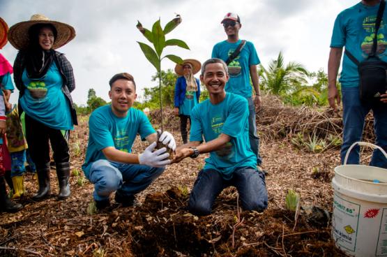 Geconfronteerd met de ontbossing, die de relatie tussen mens en natuur verstoort, vechten boeren in heel de wereld voor hun onafhankelijkheid, en herzien zij hun productiemethodes. (Foto Aris Sanjaya / CIFOR, Flickr)