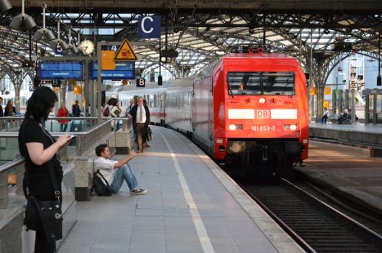 Deutsche Bahn, het Duitse nationale spoorwegbedrijf, zal in de periode 2020-2024 tot 13,5 miljard euro verlies maken. Daarom geeft de overheid DB 6,9 tot 8,4 miljard euro steun. Maar DB zal 2 miljard euro moeten besparen op materieel en personeel, wat de vele vertragingen zonder twijfel erger zal maken. (Foto Louis Espéret, Flickr)