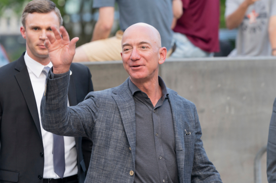 Jeff Bezos, CEO van Amazon rijkste man ter wereld zag zijn fortuin toenemen met 18 milliards dollar sinds het being van de coronacrisis. (Foto Shutterstock)