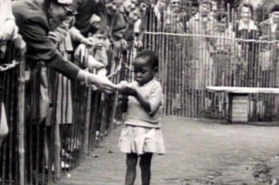 Het Congolese paviljoen tijdens de Expo van '58. Zwarte mensen worden tentoongesteld als dieren in een dierentuin.