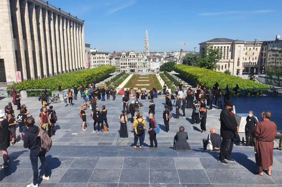 Op 29 mei kwamen mensen uit de cultuursector op de Kunstberg in Brussel bijeen om het gebrek aan erkenning door de overheden aan de kaak te stellen. (Foto Solidair, Jan Busselen)