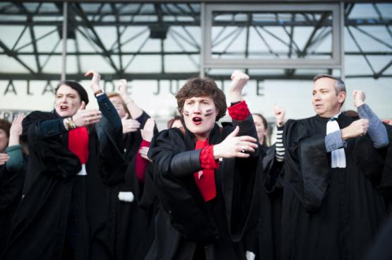 """De Franse advocaten (die hier een """"Haka"""" opvoeren) kwamen in januari 2020 in actie aan de zijde van miljoenen arbeiders. Ze voerden strijd tegen een door de Europese Commissie opgelegde pensioenhervorming… die dreigt opnieuw op tafel te komen. (Foto Belga)"""