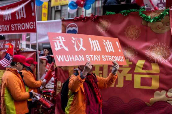 In Chinatown in New York betuigen mensen hun solidariteit met het zwaar getroffen Wuhan. (Foto Nestor Galina, Flickr)