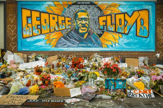 De dood van George Floyd veroorzaakte een golf van verontwaardiging en protestacties over de hele wereld. Gedenkteken in Minneapolis. (Foto: Chad Davis, Flickr)