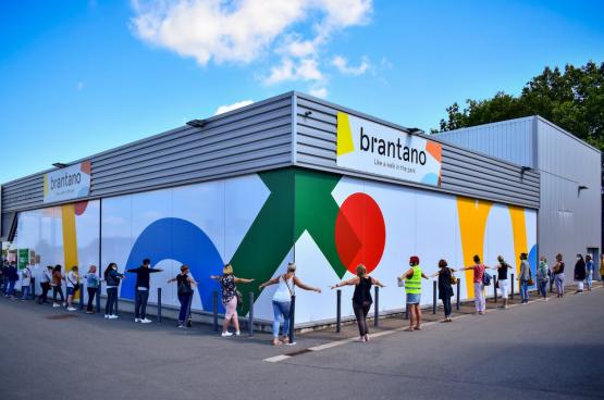 Op 4 augustus vormden een honderdtal personeelsleden van Brantano een ketting rond de winkel in Champion (Namen). Ze zijn woedend om het faillissement van de winkelketen. (Foto Belga)