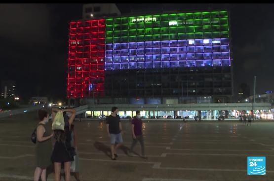 Om de overeenkomst tussen Israël en de Verenigde Arabische Emiraten te vieren, werd de vlag van de VAE op de gevel van het stadhuis van Tel Aviv geprojecteerd. (Screenshot France24)
